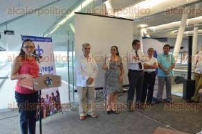 Xalapa, Ver., 26 de mayo de 2016.- La rectora Sara Ladr�n de Guevara entreg� becas de la Fundaci�n UV del periodo febrero-julio para estudiantes de bajos recursos que mantienen altas calificaciones.