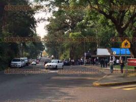 Xalapa, Ver., 27 de mayo de 2016.- La rectora Sara Ladr�n de Guevara Gonz�lez (vestida de blusa blanca y mascada verde y azul) encabez� la marcha de la UV; salieron de la zona universitaria para dirigirse hacia plaza Lerdo.