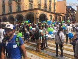 Xalapa, Ver., 27 de mayo de 2016.- Pasadas las 10:00 horas de este viernes, con globos y pancartas universitarios llegaron y se plantaron frente a Palacio de Gobierno estatal; la vialidad en la calle Enr�quez qued� cerrada.