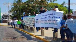 Coatzacoalcos, Ver., 27 de marzo de 2016.- Alumnos de la Universidad Veracruzana (UV), campus Coatzacoalcos, salieron a los alrededores del plantel para exigir al Gobierno de Veracruz liquide la deuda que tiene pendiente.