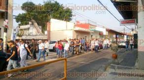 Xalapa, Ver., 27 de mayo de 2016.- Estudiantes de la Facultad de Artes, ubicada en la calle Belisario Dom�nguez, parten rumbo a Plaza Lerdo para unirse a la megarmarcha convocada por autoridades de la UV.