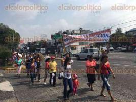 Xalapa, Ver., 27 de mayo de 2016.- Integrantes de FREDEPO caminaron sobre avenida Xalapa con direcci�n al centro.