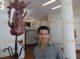 Xalapa, Ver., 27 de mayo de 2016.- El artista Gustavo Castro, nacido en el estado de Chihuahua pero criado en Coatepec, desde los 5 a�os de edad, muestra algunas de sus esculturas que le han dado reconocimiento a nivel nacional e internacional, para deleite de todos en la galer�a de la biblioteca �Carlos Fuentes�.