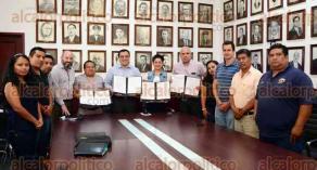 Xalapa, Ver., 27 de mayo de 2016.- El alcalde Am�rico Z��iga Mart�nez encabez� la firma del convenio laboral entre el Ayuntamiento de Xalapa y el Sindicato Solidaridad Urbana de Trabajadores al Servicio del Ayuntamiento de Xalapa-FATEV-CAT.