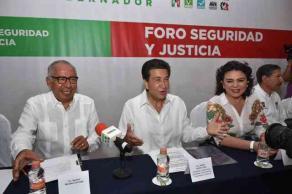 Boca del R�o, Ver., 27 de mayo de 2016.- H�ctor Yunes Landa, candidato a la gubernatura por la coalici�n �Para mejorar Veracruz�, encabez� el Foro sobre Seguridad, en el cual participaron expertos en la materia como el ex procurador, Ignacio Morales Lechuga.