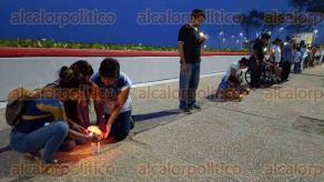 Coatzacoalcos, Ver., 27 de mayo de 2016.- La valla humana alcanz� cerca de 120 metros de largo. �sta se form� sobre el Malec�n Costero a la altura de Carranza y hasta la calle 16 de Septiembre. A las 20:00 horas todos encendieron sus luces para