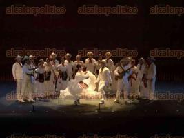 Xalapa, Ver., 27 de mayo de 2016.- La noche de este viernes en el Teatro del Estado, se present� el espect�culo Jarocho, al cual asisti� la rectora de la UV, Sara Ladr�n de Guevara.