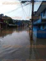Xalapa, Ver., 28 de mayo de 2016.- Reporta lector que tras las lluvias de los �ltimos d�as, en la calle 2 y 4 Poniente, 13 Sur y �bano, de la colonia Rafael Hern�ndez Ochoa, varias casas resultaron inundadas y autos atrapados.