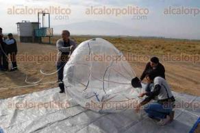 Perote, Ver., 29 de mayo de 2016.- La sonda de exploraci�n atmosf�rica Heraldo I fue elevada por medio de un globo de helio, conteniendo para su regreso a tierra un paraca�das.