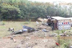 Tihuatl�n, Ver., 29 de mayo de 2016.- Sobre la carretera costera, a la altura de las curvas del Veladero, un tr�gico accidente culmin� con la vida de tres tripulantes de una camioneta y un trailero, adem�s de causar lesiones graves a cuatro tripulantes de otra camioneta.