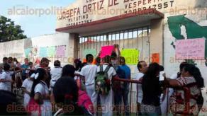 Coatzacoalcos, Ver., 30 de mayo de 2016.- Con cartulinas pegadas en las paredes y otras en las manos, los padres de familia insistieron en que el Gobierno Municipal tiene un a�o haci�ndoles promesas pero hasta el momento no ha cumplido.