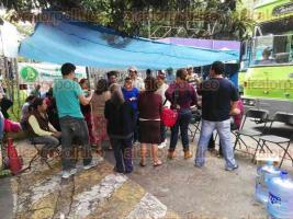Xalapa, Ver., 30 de mayo de 2016.- Integrantes de la UNTA de Coatepec, se manifiestan afuera de las oficinas de SEDESOL federal, exigen pago para productores de 15 municipios; colocaron un anafre y sillas para preparar sus alimentos.