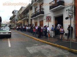 Xalapa, Ver., 30 de mayo de 2016.- A un d�a de que venza el plazo para entregar declaraciones se observan largas filas en Contralor�a del Estado.