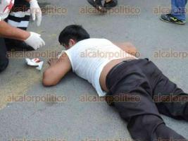 Veracruz, Ver., 30 de mayo de 2016.- La tarde de este lunes, en la avenida Nicol�s Bravo, dos j�venes a bordo de una motocicleta Italika, en aparente exceso de velocidad, impactaron a una estudiante que cruzaba la calle.