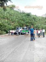Tlapacoyan, Ver., 31 de mayo de 2016.- Pobladores bloquean la carretera a Tlapacoyan, en el tramo Pilares para exigir la rehabilitaci�n de la v�a; advierten que no se quitar�n hasta que el Gobernador atienda sus demandas.