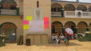 Chacaltianguis, Ver., 31 de mayo de 2016.- Toman el Palacio Municipal, habitantes demandan la aparici�n de un joven que hasta este martes llevan 8 d�as sin saber de �l.