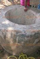 San Andr�s Tuxtla, Ver., 31 de mayo de 2016.- El ciudadano Roberto Zapot Quino, apoyado con una cuerda, se introdujo al pozo donde 2 menores cayeron y los mantuvo a flote, mientras que su hermano Roberto, de los mismos apellidos, los sacaba.