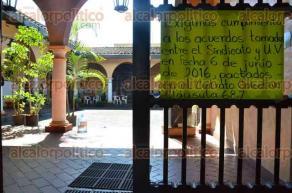 Xalapa, Ver., 24 de junio de 2016.- En las instalaciones de Radio UV, integrantes del SETSUV a trav�s de pancartas piden la inclusi�n al proyecto de radio FM, as� como el cumplimiento de acuerdos del contrato colectivo clausula 68.7, tomados entre el SETSUV y la Universidad Veracruzana.