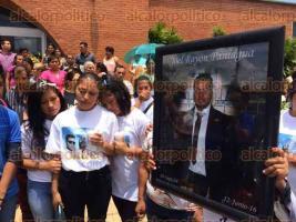 C�rdoba, Ver., 24 de junio de 2016.- Tras una misa de cuerpo presente, familiares y amigos de Joel Ray�n Paniagua lo acompa�aron hasta su �ltima morada.