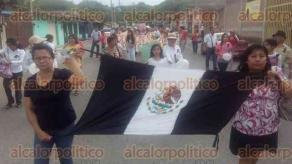 Papantla, Ver., 24 de junio de 2016.- Docentes papantecos marcharon en solidaridad con sus colegas del estado de Oaxaca, quienes han sido reprimidos por el Gobierno Federal.