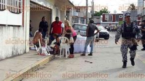 Veracruz, Ver., 24 de junio de 2016.- Tendidos en la calle y otros en la cochera, quedaron los cuerpos inertes de las v�ctimas que fueron baleadas la tarde de este viernes en la calle Adolfo de la Huerta, mientras que los atacantes huyeron hacia carretera en 2 camionetas negras.