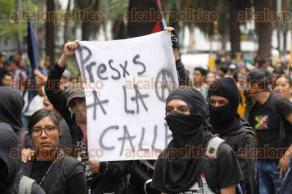 Ciudad de M�xico, 24 de junio de 2016.- Cientos de profesores de la CNTE marcharon del �ngel de la Independencia al Z�calo para exigir freno a la represi�n y derogaci�n de la reforma educativa. Un grupo de anarquistas march� con los profesores sin generar actos de confrontaci�n con los polic�as.