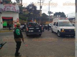 Xalapa, Ver., 25 de junio de 2016.- La tarde de este s�bado sobre la calle L�zaro C�rdenas un joven falleci� tras recibir disparos a quemarropa, la zona fue acordonada por elementos de la Polic�a.