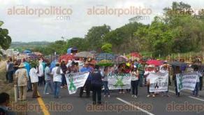 Cosoleacaque, Ver., 26 de junio de 2016.- Minutos antes del mediod�a, integrantes del Consejo Popular Ind�gena de la Sierra cerraron carreteras en el sur del Estado.