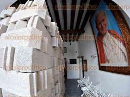 Veracruz, Ver., 26 de junio de 2016.- Contin�an los trabajos de remodelaci�n de casa parroquial de la Catedral de Nuestra Se�ora de la Asunci�n en esta ciudad; se prev� que la obra concluya en 3 meses y contar� con una inversi�n de 500 mil pesos para cambiar losa e infraestructura que data del a�o 1700.