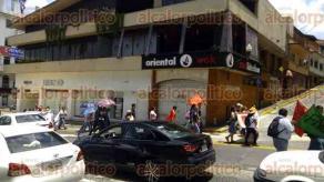 Xalapa, Ver., 26 de junio de 2016.- La tarde de este domingo marcharon alrededor de 40 personas sobre la avenida �vila Camacho con direcci�n a Plaza Lerdo en solidaridad del magisterio y pueblo oaxaque�o.