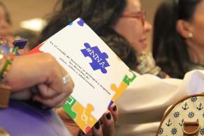 Xalapa, Ver., 26 de junio de 2016.- A fin de garantizar los derechos de los menores de edad en el estado de Veracruz, la Secretar�a de Gobierno (SEGOB), a trav�s del Sistema de Protecci�n Integral de Ni�as, Ni�os y Adolescentes (SIPINNA), asociaciones civiles y escuelas, firm� un pacto simb�lico para la difusi�n las garant�as individuales de la poblaci�n infantil y adolescente, con especial �nfasis en los derechos sexuales.