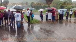 Papantla, Ver., 27 de junio de 2016.- Colonos bloquean la entrada al municipio, a la altura del Paseo de las Danzas, para exigir el cierre del basurero municipal ubicado en la comunidad de San Antonio Ojital.