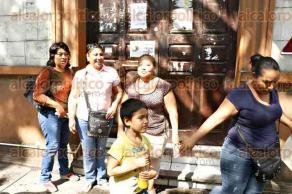 Veracruz, Ver., 27 de junio de 2016.- Madres de j�venes desaparecidos acudieron al Juzgado V a denunciar un presunto caso de extorsi�n, pues aseguran que una mujer les exigi� dinero a cambio de interceder para que sus hijos regresaran a casa con vida.