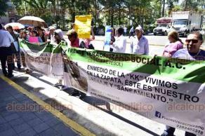 Xalapa, Ver., 27 de junio de 2016.- Integrantes del Frente Veracruzano Social A.C. se manifestaron frente al Palacio Municipal debido a que viven �entre ca�os de aguas negras�; exigen al Alcalde y al Director de CMAS que los atiendan.