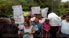 Papantla, Ver., 27 de junio de 2016.- Al bloqueo arrib� el presidente municipal, Marcos Romero S�nchez, junto con el secretario del ayuntamiento Octavio Tremary, quienes escucharon las quejas de los molestos colonos.