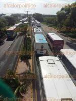 Veracruz, Ver., 27 de junio de 2016.- Circulaci�n lenta sobre la carretera Veracruz-Xalapa, camioneros tomaron dos carriles; 18:35 horas liberada la vialidad en la carretera.