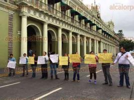 Xalapa, Ver., 27 de junio de 2016.- La tarde de este lunes, periodistas de Minatitl�n cerraron la vialidad en la calle de Enr�quez para exigir al Gobierno que les paguen.