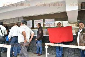 Xalapa, Ver., 28 de junio de 2016.- Inspectores de ganader�a tomaron las instalaciones de la SEFIPLAN, la ma�ana de este martes, para exigir el pago de salarios; un sujeto se encaden� del cuello a una de las rejas.