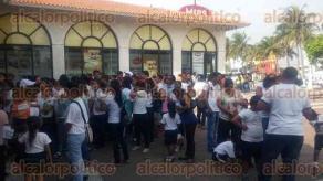 Veracruz, Ver., 28 de junio de 2016.- Decenas de porte�os forman larga fila afuera de la plaza Acuario para aprovechar del descuento para ingresar al Acuario, �ste s�lo aplica este martes de 10 de la ma�ana a 7 de la noche.
