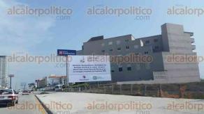 Veracruz, Ver., 28 de junio de 2016.- Dos espectaculares aparecieron en el bulevar costero Manuel �vila Camacho, pidiendo que el WTC no sea entregado al Instituto de Pensiones del Estado.