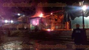 Coyutla, Ver., 28 de junio de 2016.- El propietario lleg� al establecimiento y fue testigo de c�mo el fuego acab� con parte de su patrimonio, los da�os se estiman en m�s de 30 mil pesos.