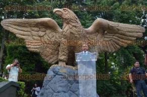 Xalapa, Ver., 28 de junio de 2016.- Al salir de la reuni�n en Rector�a, el gobernador electo Miguel �ngel Yunes Linares camin� hacia la estatua del