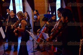 Xalapa, Ver., 28 de junio de 2016.- En el Casino Espa�ol, se present� la orquesta de C�mara del Conservatorio de la UV, interpretando melod�as de Brandemburgo n�meros 4, 5 y 6 de Johann Sebasti�n Bach.
