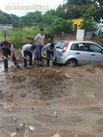 Coatzacoalcos, Ver., 29 de junio de 2016.- Testigos informaron que tras el deslave un autom�vil que pasaba por el lugar qued� cubierto hasta la mitad de arena, afortunadamente ninguna persona result� lesionada.