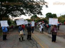 Chicontepec, Ver., 29 de junio de 2016.- De nueva cuenta las carreteras est�n bloqueadas por el descontento de pobladores de Ahuimol, tras promesas incumplidas en mejorar v�as de comunicaci�n rurales.