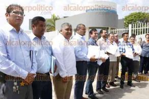 Veracruz, Ver., 29 de junio de 2016.- Los 8 alcaldes encabezados por el presidente municipal de Boca del R�o, Miguel �ngel Yunes M�rquez, ingresaron a la delegaci�n de la PGR para interponer la querella.