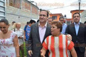 Xalapa, Ver., 29 de junio de 2016.- El gobernador Javier Duarte de Ochoa y el alcalde Am�rico Z��iga Mart�nez entregaron las llaves a due�as de viviendas afectadas por la explosi�n en el barrio de El Dique el mes de febrero del 2015.