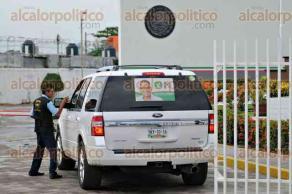 Veracruz, Ver., 29 de junio de 2016.- El excontralor, Iv�n L�pez Fern�ndez y el contralor del estado de Veracruz, Ricardo Garc�a Guzm�n, al llegar a la delegaci�n de la PGR.