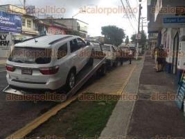 Xalapa, Ver., 29 de junio de 2016.- Personal de gr�as intentaba levantar una camioneta estacionada en la avenida 20 de Noviembre, en la cual hab�a una menor de 11 a�os de edad.   Foto: Jessica Torres