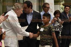 Xalapa, Ver., 29 de junio de 2016.- Entrega el alcalde Am�rico Z��iga Mart�nez actas de nacimiento en el patio central del Palacio municipal.